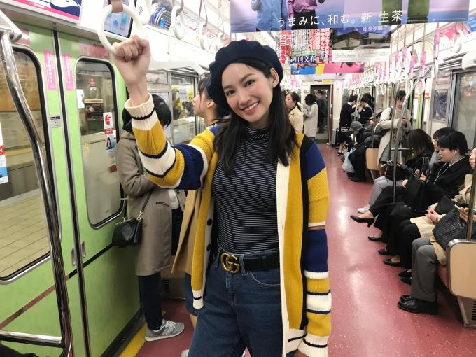 Trúc Diễm trên tàu điện ngầm ở Nhật Bản.