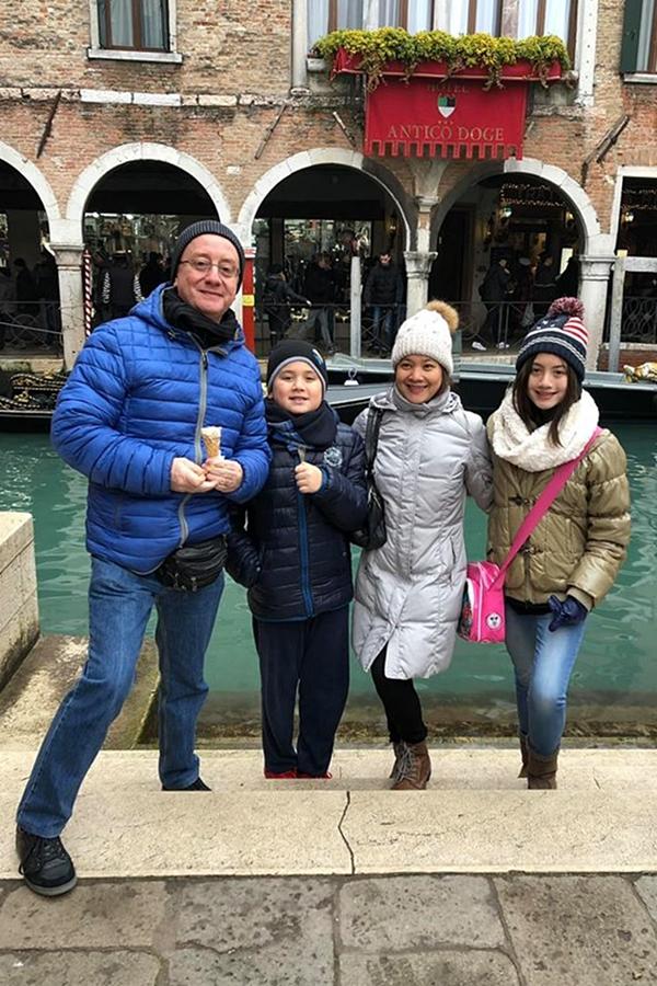 Nếu có thời gian rảnh, cả gia đình cùng nhau lên đường thực hiện nhiều chuyến du lịch cùng nhau. Tôi muốn các con đến với nhiều miền đất, để nhìn thấy cuộc sống này có nhiều mặt khác nhau.