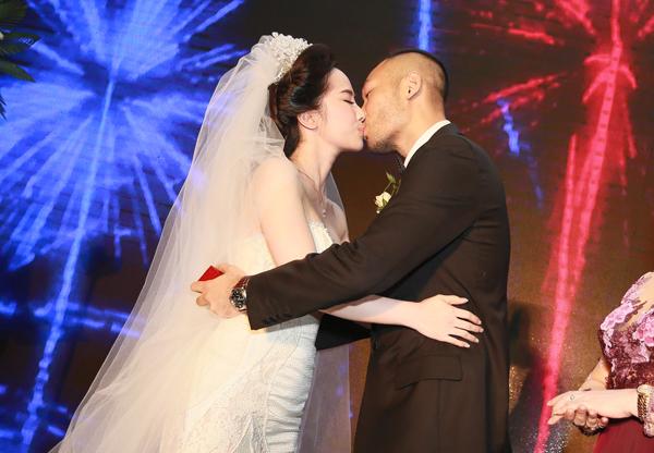 Trong đám cưới vào tháng 11/2014, Quỳnh Nga - Doãn Tuấn trao nhau nụ hôn cùng lời thề nguyện sẽ chung sống hạnh phúc. Đông đảo bạn bè của họ trong giới showbiz đều gửi lời chúc đến cặp trai tài, gái sắc.