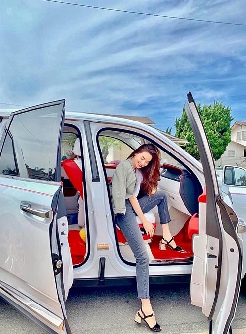 Hồ Ngọc Hà khoe dáng bên xế hộp tại Mỹ: Mọi người có khỏe không?Em đang đi kiếm thêm lái xe dạo nè.Mà phải xe hạng nặng cỡ này em mới chịu nha.
