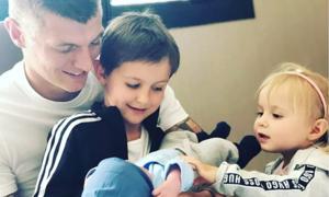 Tuyển thủ Đức khoe 'cuộc sống tươi đẹp' khi con thứ ba chào đời