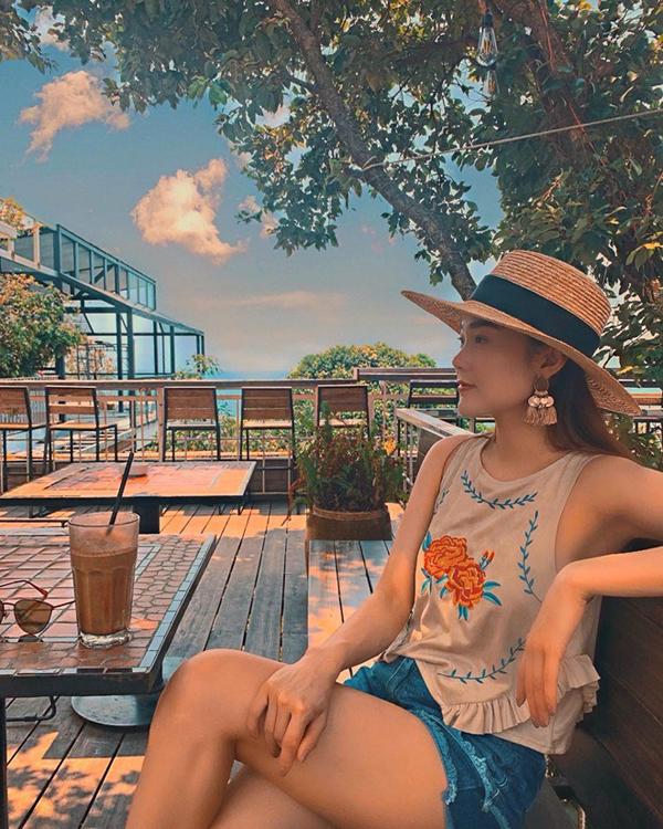 Xuất hiện giữa không gian đầy nắng và gió của miền biển, ca sĩ Minh Hằng cũng không quên chọn mũ nan - mẫu phụ kiện được loạt mỹ nhân Việt lăng xê nhiệt tình.