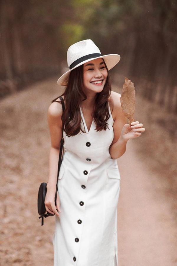 Các kiểu mũ phù hợp với tiết trời mùa nắng được mix-match khéo léo cùng túi đeo chéo xinh xắn để tạo nên tổng thể đẹp mắt cho Thanh Hằng.