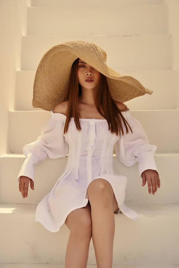 Trong mọi trào lưu thời trang thịnh hành, Yến Trang là nhân vật không bao giờ vắng mặt. Mẫu mũ rộng vành cỡ đại được ca sĩ sử dụng cùng váy trễ vai, tay bồng kiểu cách.
