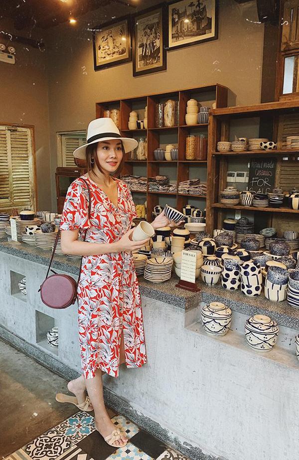 Vũ rộng vành được chị đại của làng mốt Việt phối hợp hài hòa cùng nhiều set đồ dạo phố như váy cài nút, đầm họa tiết, váy thắt eo...