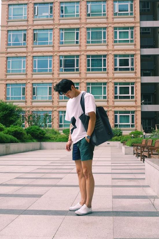 Trong không khí oi nồng của tiết trời đầu mùa hè, short, áo thun và giầy vải đế bệt luôn tạo set đồ hợp mùa - hợp mốt.