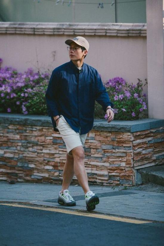 Short cho các chàng được thiết kế trên các chất liệu kaki màu trung tính. Ở mùa hè năm nay, tông màu cà phê sữa đang biểu hiện những dấu hiệu có thể lên ngôi.
