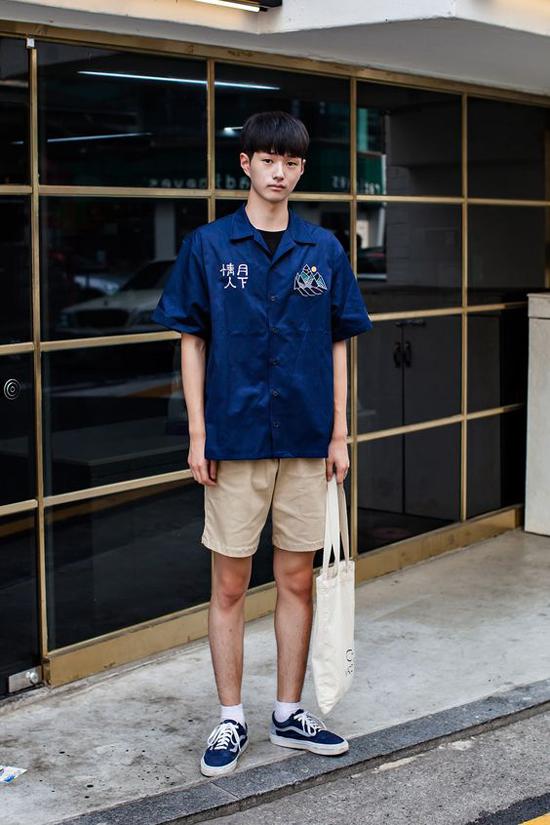 Sơ mi, short, túi vải, giầy sneaker đế bệt là những món đồ được nhiều chàng trai trẻ châu Á yêu thích. Set đồ vừa mang lại sự trẻ trung vừa giúp người mặc thoải mái khi xuống phố vào mùa nóng.