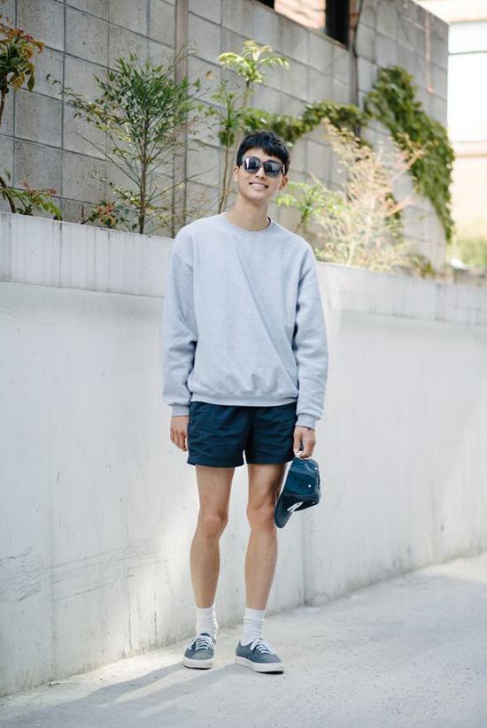 Các kiểu áo sweater trên các chất liệu vải nỉ mỏng vẫn được chưng dung để mix đồ dạo phố mùa hè. Đối với những anh bạn thích ăn mặc theo kiểustreetwear, thì áo nỉ dài tay là trang phục được họ tận dụng suốt 4 mùa.