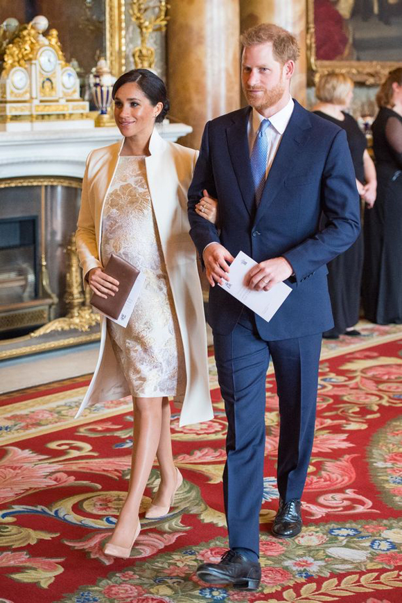 Vợ chồng Meghan - Harry dự lễ kỷ niệm 50 năm nhận tước vị Hoàng tử xứ Wales của Thái tử Charles tại Điện Buckingham hôm 5/3. Ảnh: PA.