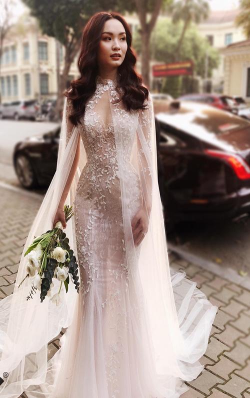 Nhà thiết kế Phương Linh, người thực hiện chiếc váy 3 trong 1 này, cho biết cô dâu có vóc dáng chuẩn và vẻ đẹp của người con gái Á đông hiện đại. Đó chính là nguồn cảm hứng khiến nhà thiết kế đưa ra ý tưởng kết hợp áo choàng voan mỏng cho chiếc váy cưới đuôi cá. Đó là vẻ đẹp của thần vệ nữ, Phương Linh nói.