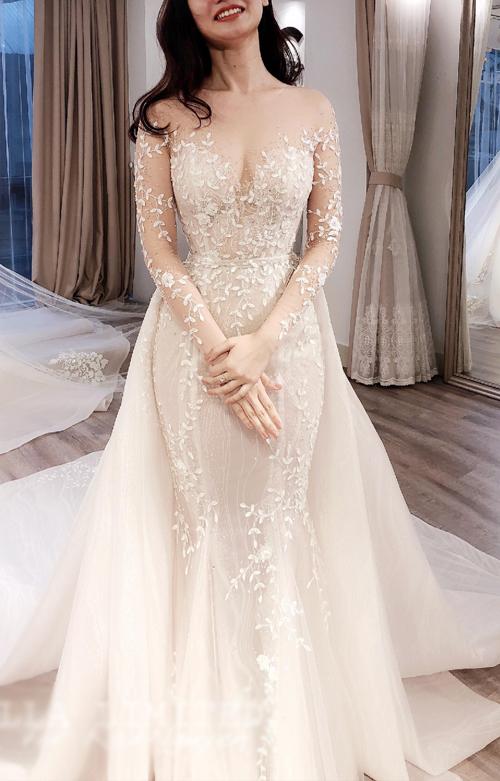 Khi kết hợp cùng chiếc váy choàng hông chất liệu nẹp 3D, Kat Nguyễn bỗng chốc được hô biến thành một cô dâu có gu thời trang thời thượng, sang trọng.