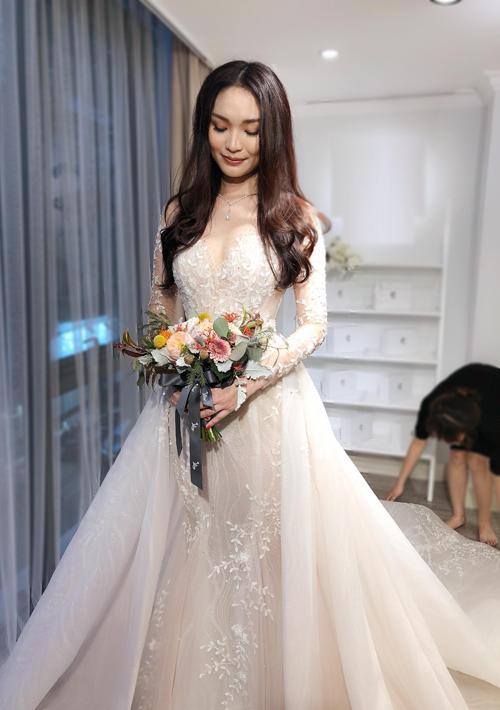 Váy mặc được 3 kiểu, phù hợp với từng thời điểm cụ thể trong hôn lễ. Khi đón khách, cô dâu sẽ mặc váy choàng hông. Chiếc áo khoác voan mỏng sẽ được khoác lên lúc cô dâu tiến vào lễ đường, cử hành các nghi lễ. Và cuối cùng, chiếc đầm đuôi cá sẽ giúp cô dâu thoải mái hòa mình vào các hoạt động trong tiệc cưới, nhà thiết kế Phương Linh nói về chiếc váy ấn tượng.