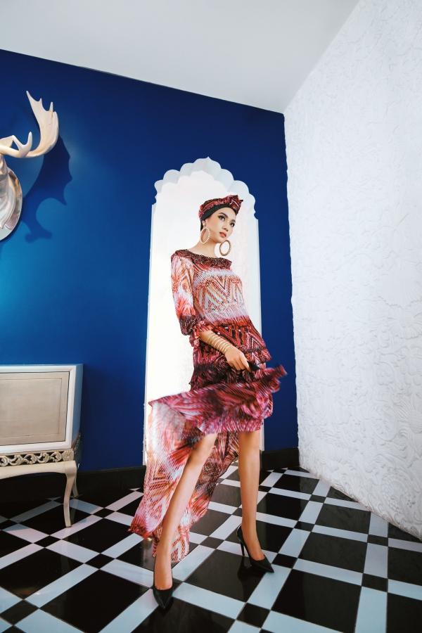 Ca sĩ Trương Kiều Diễm là nàng thơ giới thiệu bộ sưu tập mới của nhà thiết kế Vincent Đoàn. Các trang phục là sự kết hợp giữa những họa tiết của gấm Trung Đông trênnền chất liệu xuyên thấu.