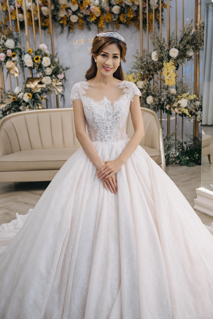 Quán quân The Bachelor Thùy Dương thử váy cưới
