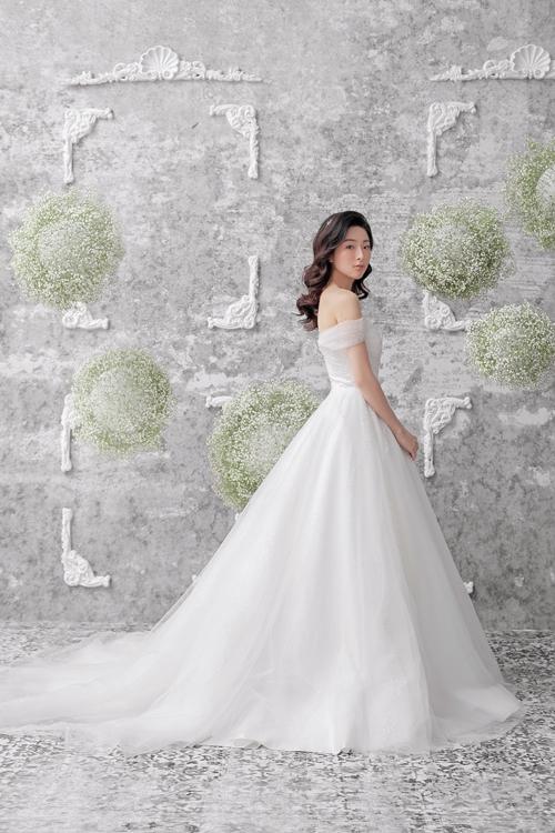 Bộ đầm không sử dụng tùng giúp cô dâu cảm thấy thoải mái, dễ chịu khi di chuyển.