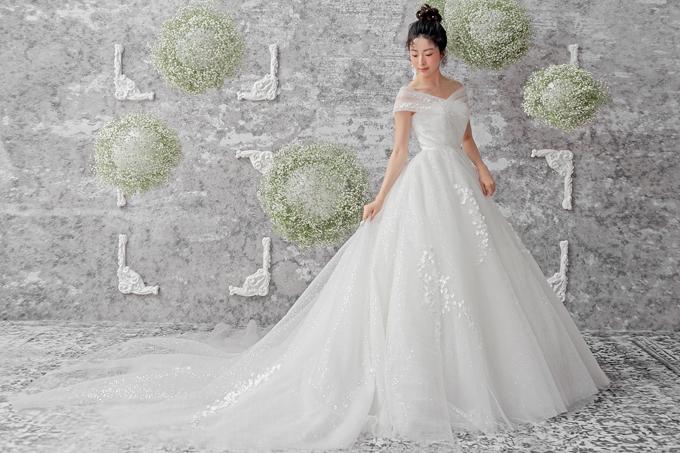 Bộ đầm cưới giúp cô dâu biến ước mơ trở thành công chúa từ tấm bé thành hiện thực. Từng lớp vải tulle được phối trộn tạo nên vẻ bay bổng, lãng mạn cho trang phục.