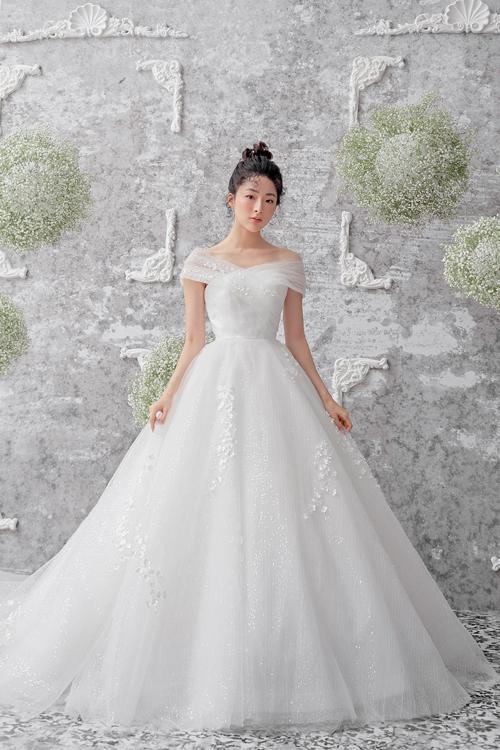 Bộ váy thể hiện sự nắm bắt nhịp chảy củathời trang cưới hiện đạikhi không tham chi tiết đính kết.