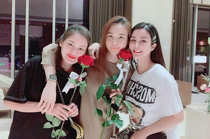Diệp Lâm Anh nhắn nhủ Đàm Thu Trang (bạn gái doanh nhân Cường Đôla) và cô bạn thân: Tao về nhà rồi, tụi bây sắp xếp qua thăm tao coi và tặng hoa lại cho tao nữa chứ.