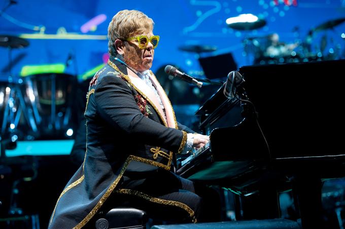 Elton John đánh đàn và hát tại đám cưới của Meghan - Harry tháng 5/2018 tại Windsor. Ảnh: Splash News.