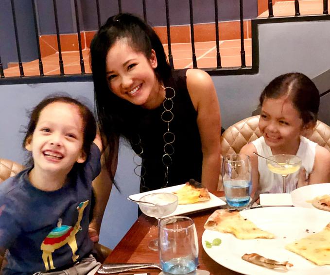 Hồng Nhung cùng hai con Tôm - Tép đi ăn uống: Khi đồ ăn quá ngon, già trẻ lớn bé gì đều rơi vào trạng thái thật vui vẻ, các câu chuyện cười tuôn ra. Chuyện trò như pháo rang.