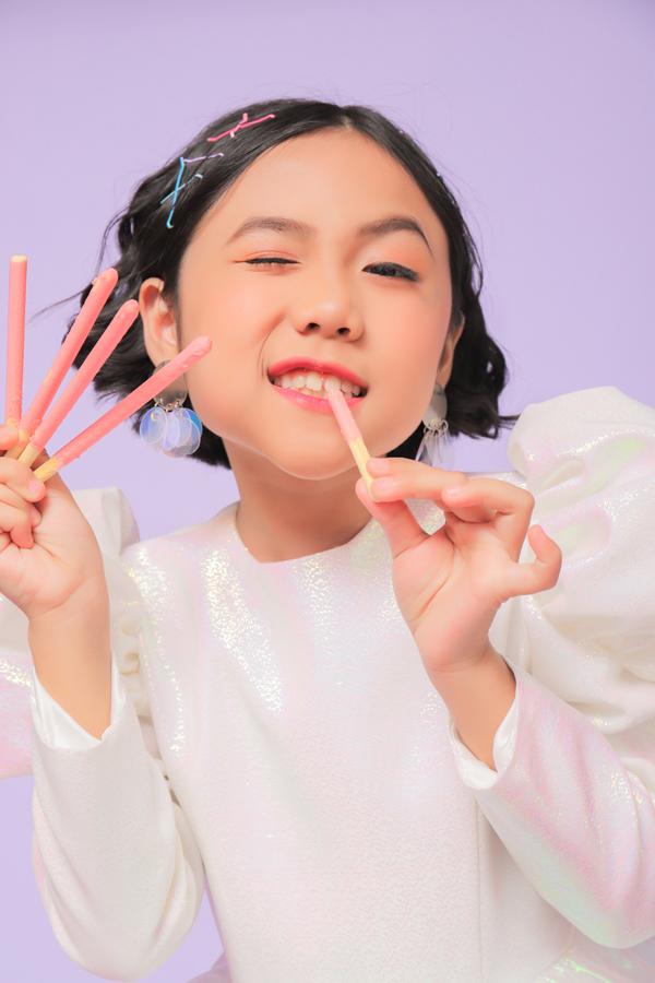 Xu hướng kẹp tóc cổ điển, cài tóc mái hot trend cũng được chuyên gia trang điểm cập nhật cho Khánh An.