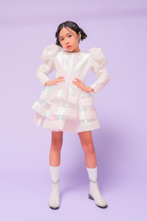 Bộ ảnh được thực hiện với sự hỗ trợ của nhiếp ảnh Duy Nguyễn, trang điểm Huy Nguyễn, stylist Phương Phương.
