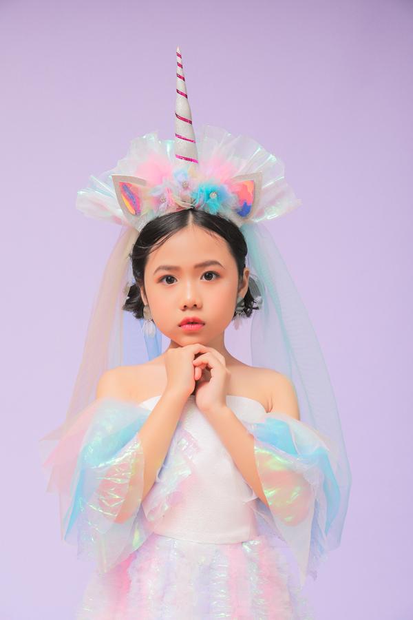 Không chỉ gây ấn tượng với khán giả trong nước, Khánh An còn tạo được sức hút trước bạn bè thế giới bởi phong cách biểu diễn catwalk và tạo dáng chuyên nghiệp.