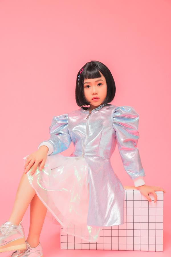 Vì quá yêu thích màn biểu diễn của mẫu nhí Việt, thương hiệu thời trang Balabala đã gửi lời mời mẫu nhí Khánh An sang biểu diễn lại tiết mục catwalk trong bóng nước tại Shanghai Fashion Week.