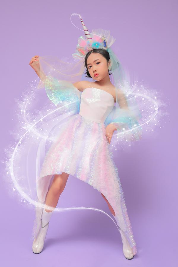 Ngôi sao nhí thể hiện phong cách tạo dáng ấn tượng trong các trang phục của hai nhà thiết kế Hà Nhật Tiến và Ivan Trần.