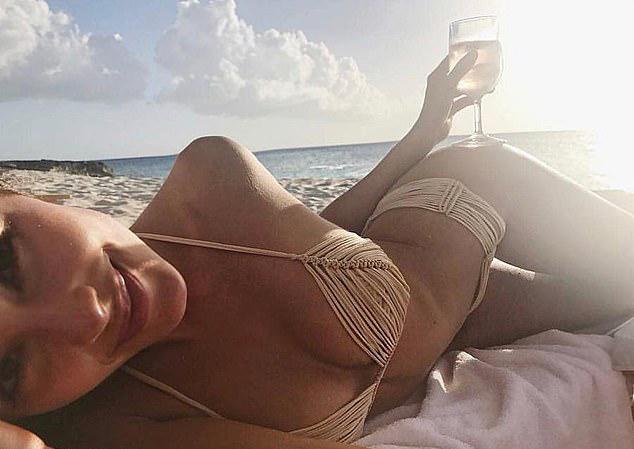 Trên Instagram, Olivia cũng khoe ảnh đi nghỉ dưỡng ở Miami. Cô diện áo bơi lưới khoe trọn đường cong.