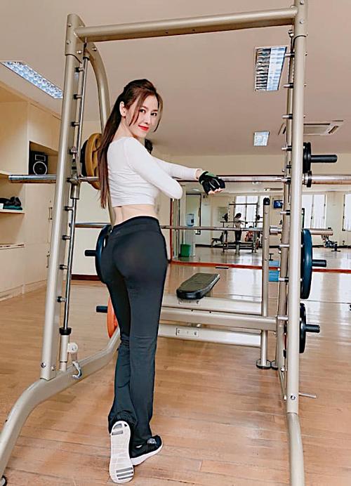 Quế Vân khoe eo thon tại phòng gym: Chính sức khoẻ mới là sự giàu có thực sự, không phải vàng bạc. Thế là bé đã có cơ bụng thiệt rồi đó.