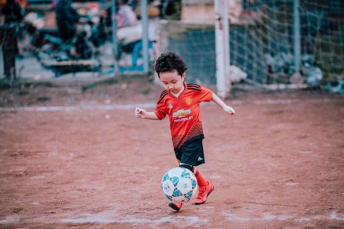 Khoảnh khắc vui đùa với trái bóng trên sân của con trai Tuấn Hưng: Su Hào ra sân làm thiện nguyện cùng bố và các chú. Rất ra dáng, cu cậu có vẻ mê bóng đá giống bố, nam ca sĩ chia sẻ.