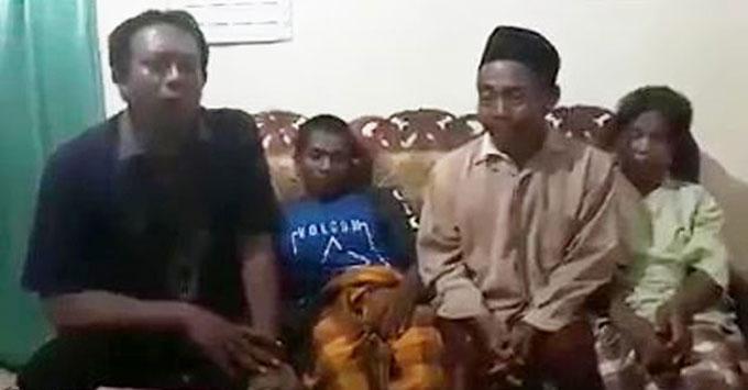 Ông Nedi Sito (thứ hai từ phải sang) nghi con rể có của quý quá lớn dẫn đến việc con gái của ông qua đời trong lúc quan hệ ở tỉnh Đông Java, Indonesia. Ảnh: AsiaWire.