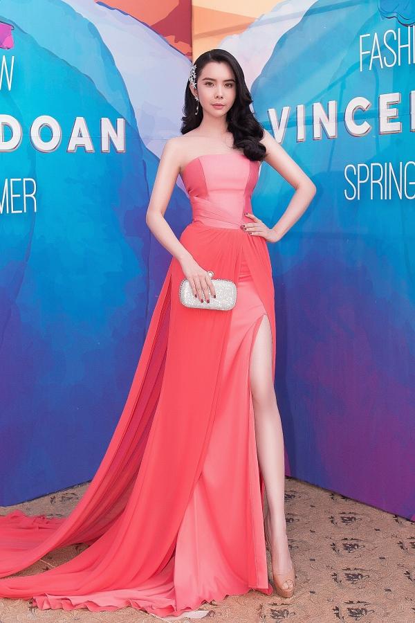 Hoa hậu Du lịch Thế giới 2018 Huỳnh Vy ghi điểm với phong cách gợi cảm trên thảm đỏ.