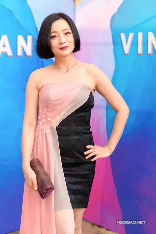 NSƯT Mỹ Uyên hiếm hoi tham dự sự kiện thời trang. Cô chọn đầm quây ngực kết hợp vòng cổ tạo điểm nhấn.
