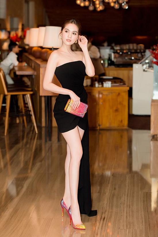 Khi diện trang phục đen đơn sắc, nữ diễn viên tinh tế trong cách sử dụng bộ phụ kiện hàng hiệu của Louboutin để tạo nên sự nhấn nhá bắt mắt cho tổng thể.