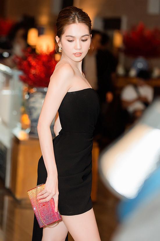 Ngọc Trinh chia sẻ, bộ phụ kiện này có giá gần 200 triệu và vừa được cô giới thiệu trong video đập hộp của mình.