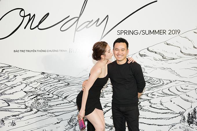 Ngọc Trinh nhí nhảnh tạo dáng bên nhà thiết kế Lê Thanh Hoà.
