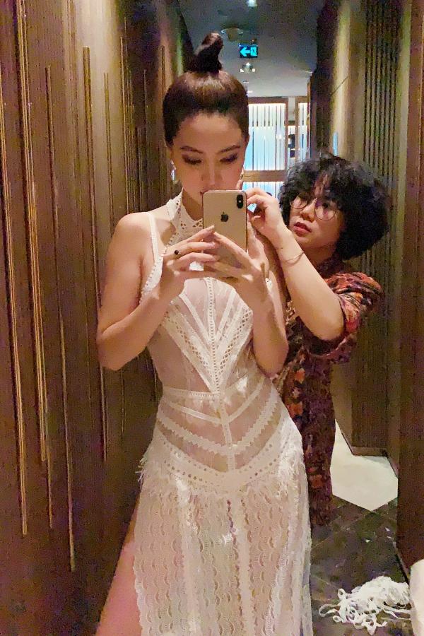 Vì bộ váy có phần hơi rộng với ngoại hình, Jolie Nguyễn được trợ lý giúp chỉnh lại phần cổ, giúp tránh xảy ra sự cố tại sự kiện.