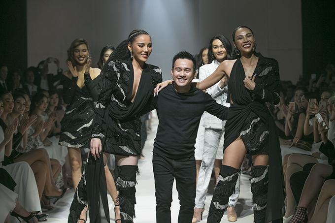 Minh Triệu, Kỳ Duyên và nhà thiết kế Lê Thanh Hoà (giữa) ở màn chào kết chương trình.