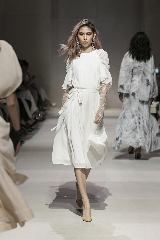 Lê Thanh Hoà tiếp tục khai thác thế mạnh của mình ở dòng trang phục ứng dụng. Các thiết kế vẫn nhấn mạnh ở chất liệu và nền vải, tạo sự nổi bật cho người mặc.