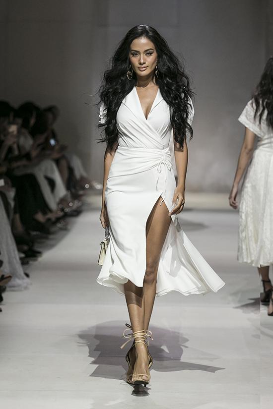 Các váy xẻ cao, đầm cut-out phù hợp với không khí mùa hè cũng được giới thiệu ở show diễn lần này.