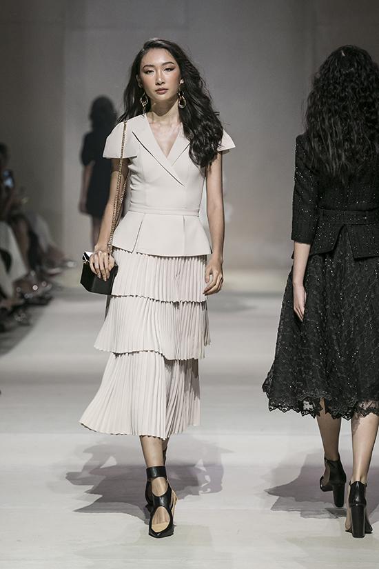 Điểm nhấn của những mẫu thiết kế này nằm ở phần họa tiết xếp ly, đa dạng về kiểu dáng từ váy xòe, váy bó sát đến những mẫu quần ống suông cá tính.
