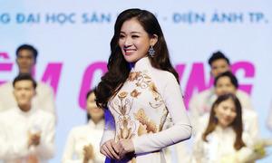 Sinh viên Đại học Sân khấu Điện ảnh TP HCM diễn áo dài hoa sen