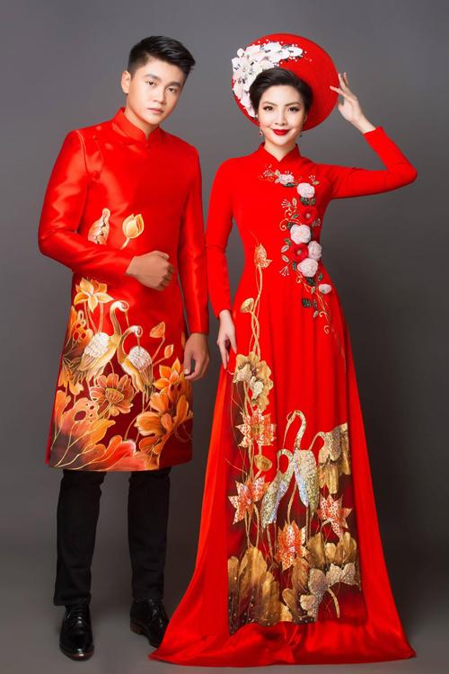 Thiết kế áo dài đôi vừa có nét truyền thống lẫn hiện đại. Áo dài cô dâu được vẽ hình ảnh cặp chim hạc vui đùagiữa đầm sen, toát lên không khí tươi vui của dịp hỷ sự. Những đóa hoa 3D nổi bật đóng vai trò làm tăng vẻ nữ tính cho người mặc.