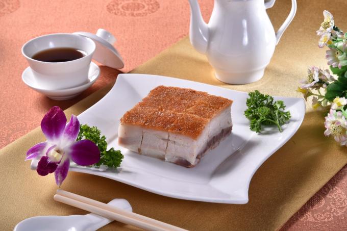 Khách sạn giảm giá 25% cho món heo sữa quay khi đặt bàn trên trang TungGarden.com.