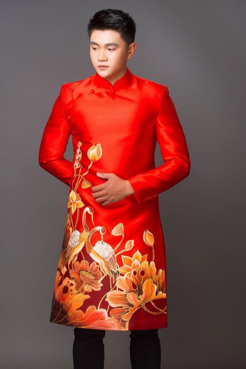 Họa tiết trang trí trên áo chú rể giống với áo cô dâu, tạo sự liên kết cho hai bộ trang phục.