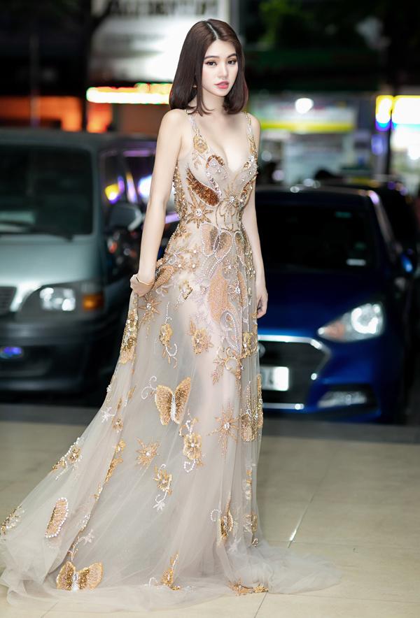 Hoa hậu Thế giới người Việt tại Australia 2015 Jolie Nguyễn khéo chọn nội y phù hợp để khai thác trọn vẹn sức hấp dẫn của trang phục và tránh được hớ hênh khi chấm thi chung kết Sinh viên thanh lịch do Đại học Sân khấu Điện ảnh TP HCM tổ chức.