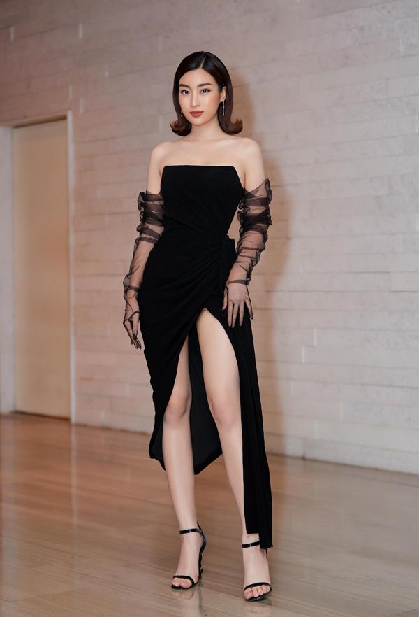 Mẫu váy đen xẻ cao đem tới cho Hoa hậu Đỗ Mỹ Linh vẻ sexy, bí ẩn tại show diễn của NTK Lê Thanh Hòa.